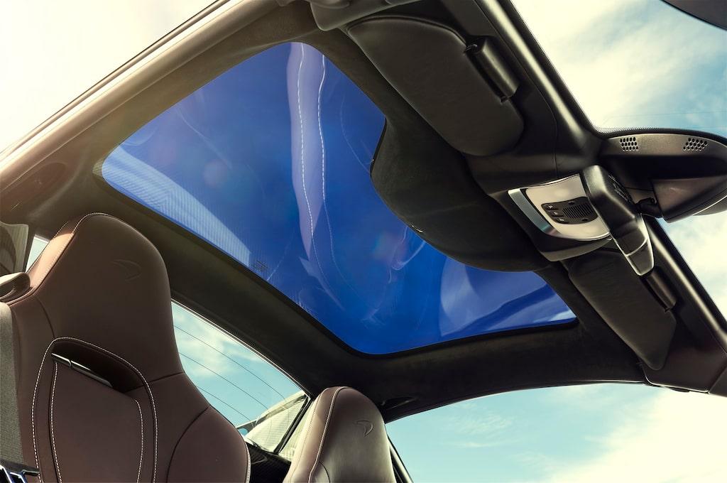 Den fällbra takets glaspartiets genomskinlighet går att justera gradvis för att hålla solskenet borta. Svep för nästa bild...