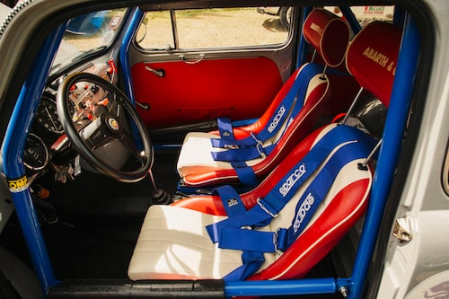 Stolarna ger hyfsat sidostöd och lägg märke till rattens vinkel. Det var nog inte helt enkelt att få till en bättre vinkel i den standardbaserade racerbilen.