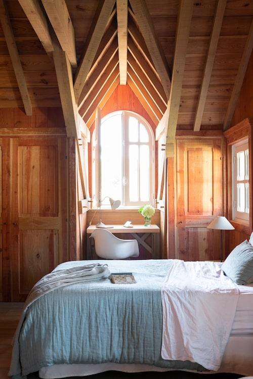1800-talsprägeln kombineras nu med modern komfort, som ordentlig isolering och golvvärme. Det blir lite stugkänsla i vindsrummen med träväggar. Sängkläder från Maison de vacances. I gästrummen på övervåningen sover man gott till ljudet från Atlanten.