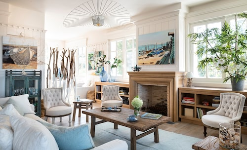 Lampa från Petite friture, matta, Mathilde Labrouche, soffa, Home spirit. Soffbord från Atmosphère d'ailleurs och fåtöljer från Van Thiel. Pallar från Snowdrops Copenhagen.
