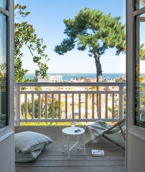 Sovrummet har en egen balkong med havsutsikt.