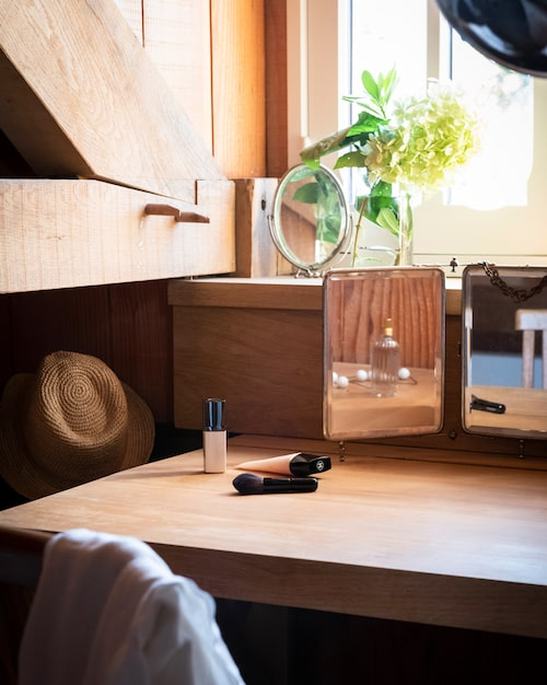 Makeup med utsikt. Badrummet har ett litet sminkbord framför fönstret.