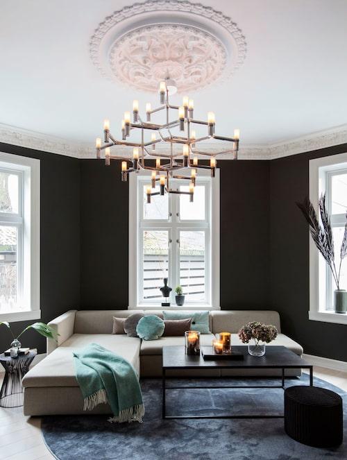 Dämpade färgnyanser skapar både elegans och en inbjudande stämning i vardagsrummet.