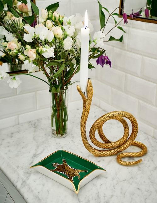 Färska blommor tillför fräschör och trivsam känsla i badrummet. Fat och vas, Jonathan Adler, kobrakandelaber av mässing, House of Hackney.