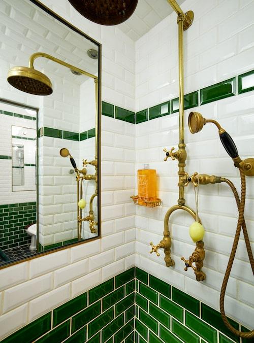 Spegeln i dusch-hörnan har värmeslingor, på så vis immar den inte. Mässingslisten runt spegeln återvanns från ett bygge. Duschen är köpt i Sydafrika.