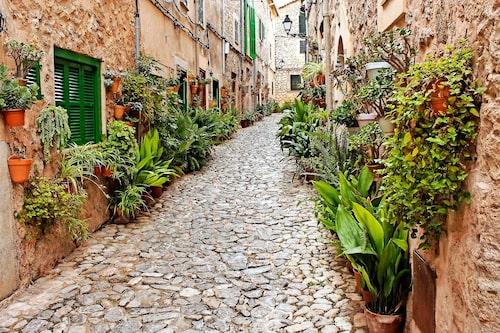 Ta med barnen på promenad i vackra bergsstaden Valldemossa på Mallorca.