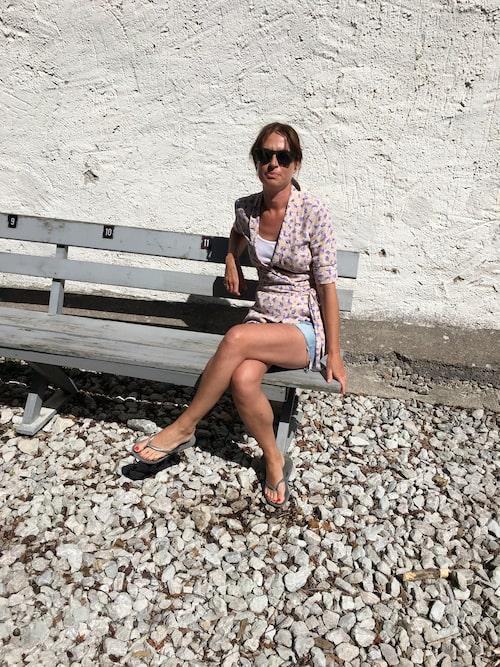 Modechef Lisa Pettersson njuter av solen på Fårö.