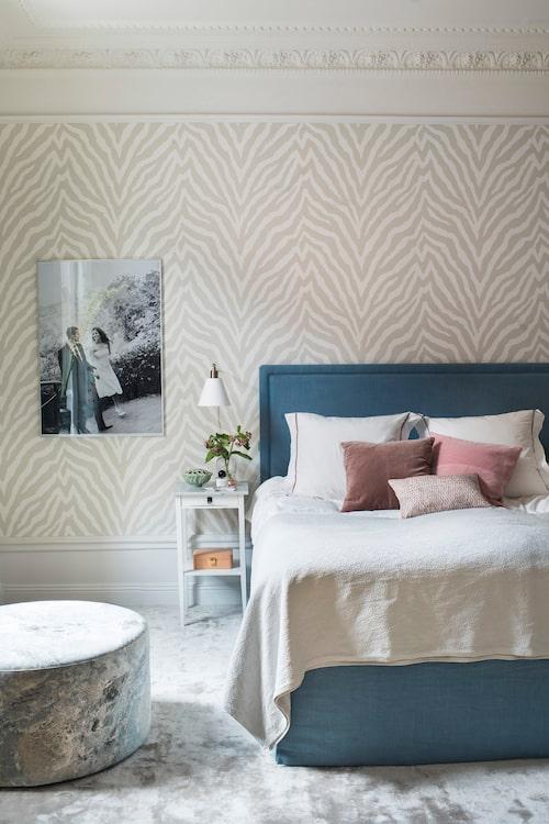 Sovrummet är både klassiskt och tufft med amerikansk zebratapet och stor matta från Layered i ljusgrått. Den melerade puffen är också från Layered.
