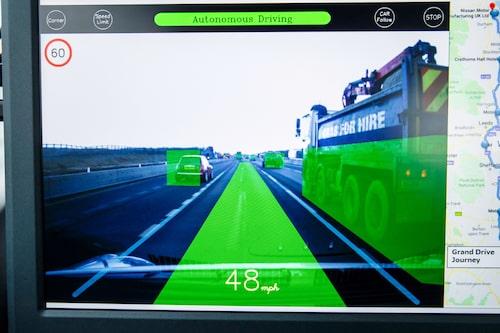 Många sensorer och kameror, blandat med GPS-teknik och AI, låter bilen köra på egen hand. Så här kan det se ut när systemen tolkar och behandlar den data som samlas in.