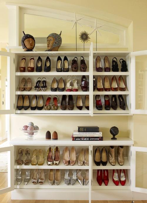 rdning och reda i skoskåpen. Arkitekten Frederick Fisher som står bakom renoveringen av lägenheten har designat skåp och garderober i Bette Middlers dressingroom.
