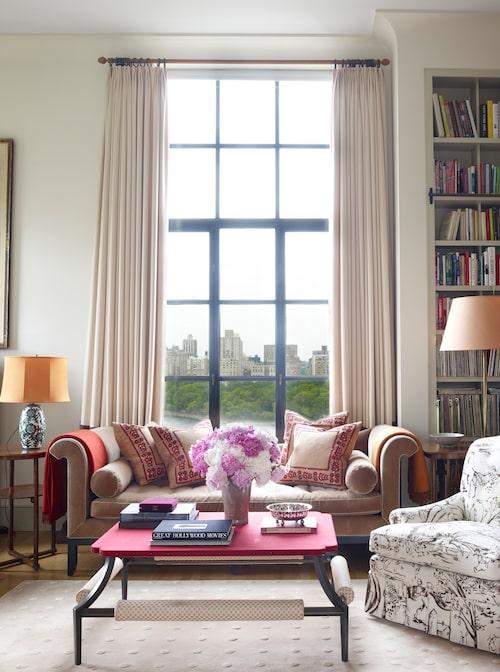 Inredningsarkitekten Fernando Santangelo har inrett hela lägenheten och även designat soffan och soffbordet i biblioteket.