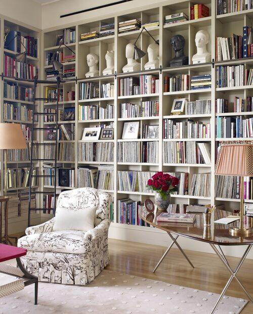 Biblioteket på övervåningen kallar familjen för örnnästet. Lamporna på bokhyllorna är från Ann-Morris i New York. Matta av amerikanska V'Soske.