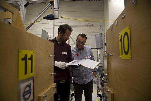 Daniel Frodin och Hans Hedberg granskar monteringsflödet.