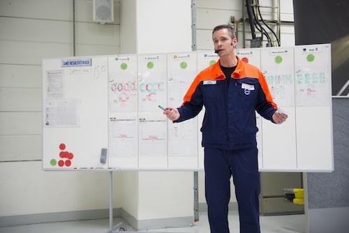 Världsmästare i ordvits, Peter Ytterberg, lär även ut seriös teambuilding.