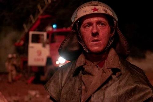 Brandmännen som skickades till platsen hade ingen aning om vad som väntade. Helt utan skydd mot strålning arbetade de på platsen hela natten... Foto: HBO Nordic