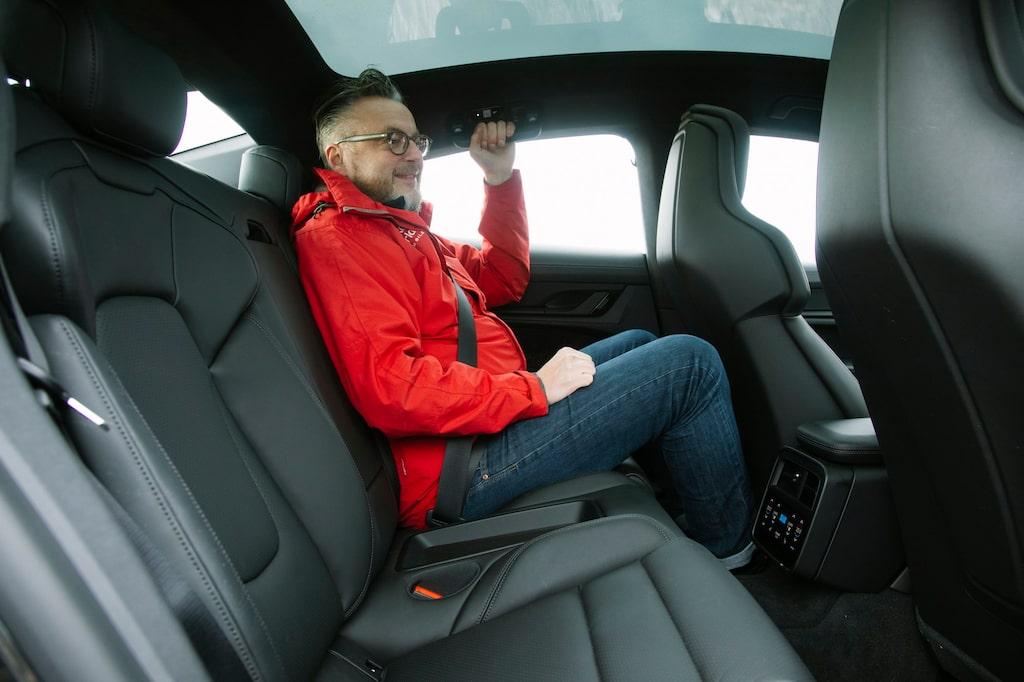 Testbilen har två sittplatser bak, vill man ha plats för tre kostar det 5 000 kronor extra.
