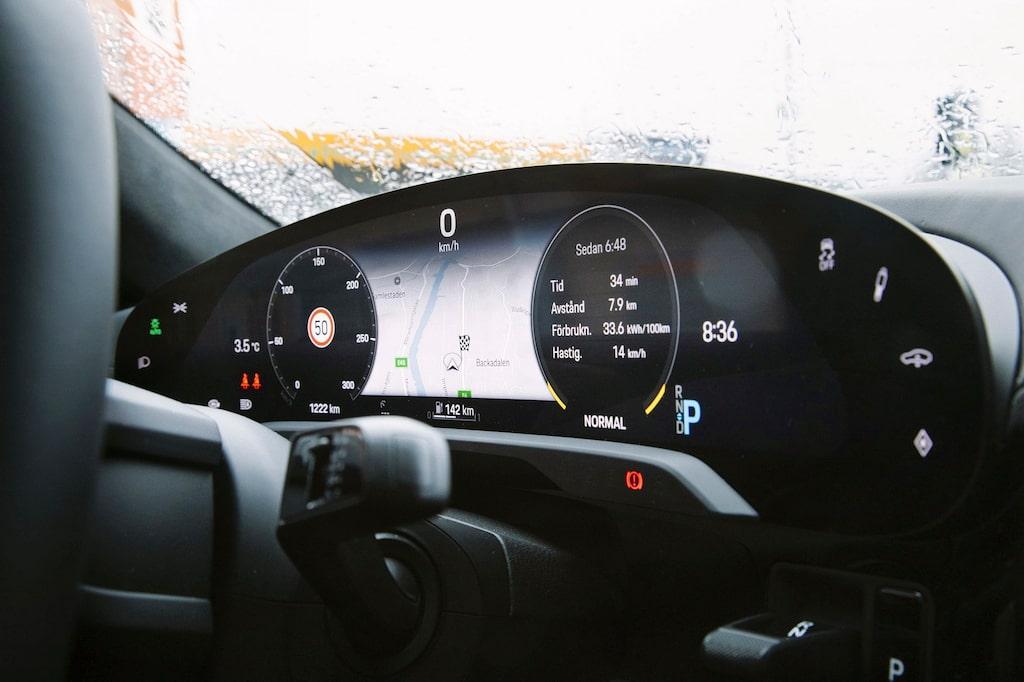 Instrumentskärmen framför ratten går att personifiera. Här med stor karta.