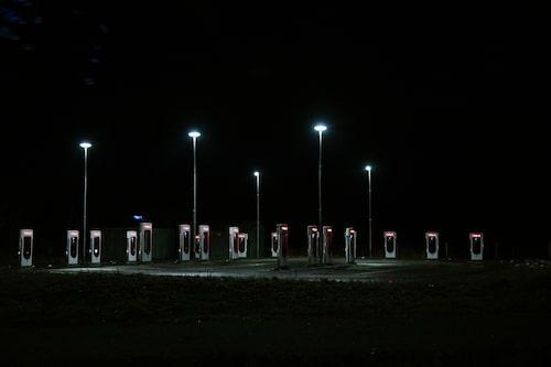 Tesla Supercharger är dedikerade för Tesla-bilar och ägare till äldre Model S har fri laddning. I nuläget är elpriset 2,56 kr/kW.