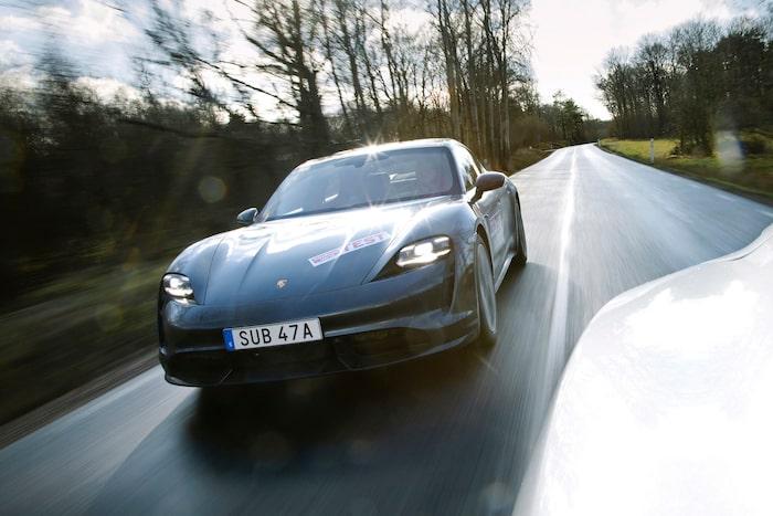 Porsche får inte missa målet. Firmans första elbil upplevs därför mycket som en förstorad 911. Kina är en viktig marknad för Porsche. Taycan passar som hand i handsken – både i öst och väst.