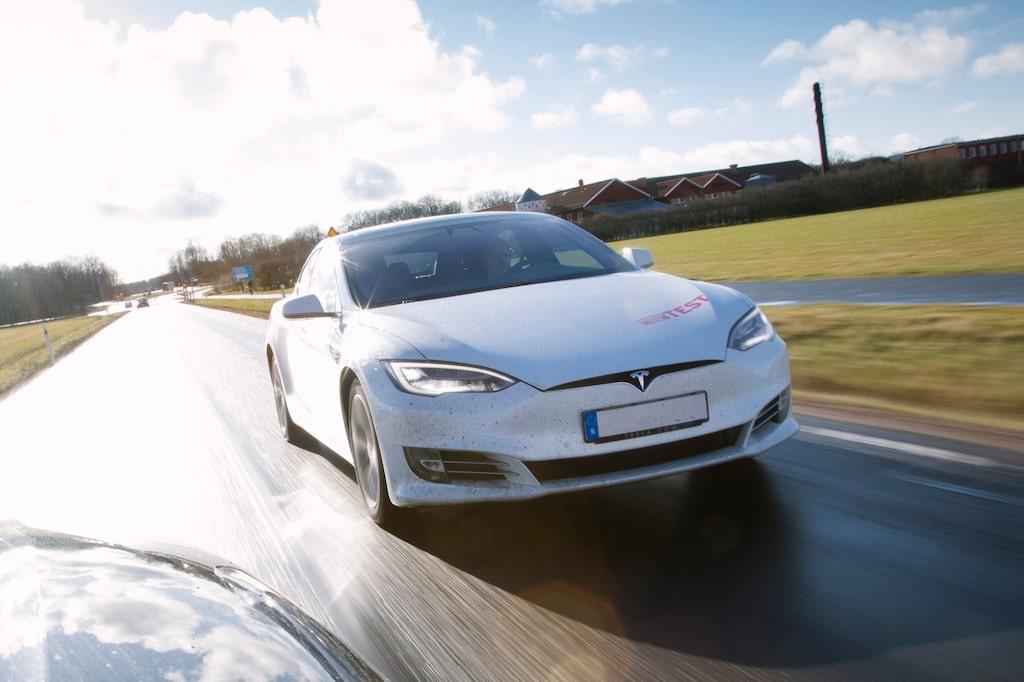 Under testet kör vi tre olika privatägda Model S. Den vita (P100D) med anonymt registreringsnummer.