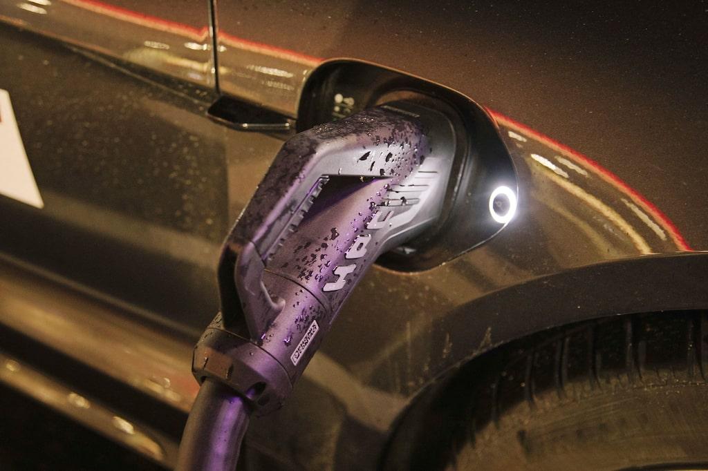 Porsche är först ut med 800-voltssystem som ska skynda på laddningarna.