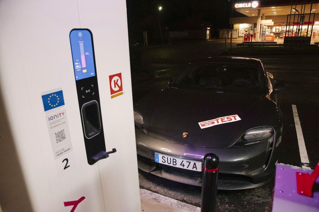 """En allt för vanlig syn. Mer kräm till Porsche. Tänk på att elpriset vid """"pumpen"""" kan vara skyhög."""