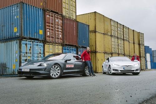 Känslomässigt lutar det åt seger för Taycan Turbo men gammal är äldst – Tesla vinner.