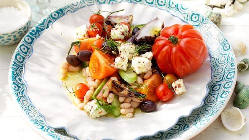 Recept på grekisk sallad med rosépeppar- och hampamarinerad fetaost.