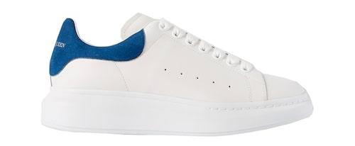 Vita, klassiska sneakers från Alexander McQueen.