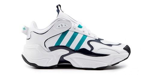 Vita sneakers från Adidas.