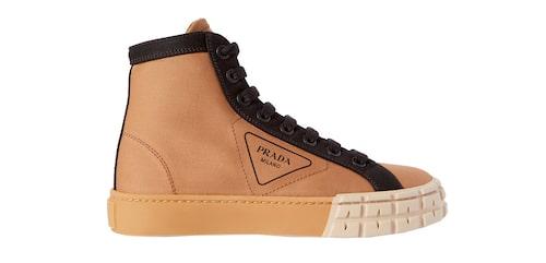 Höga sneakers från Prada.