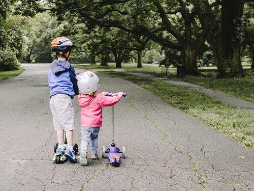 Ställ undan vagnen när det är möjligt och låt barnet gå. Fysisk aktivitet är bra på så många sätt.