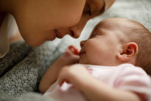Visst är det mysigt att ha ett babynest med en sovande bebis i sängen?