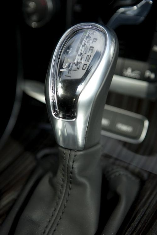 Volvo V60 Plug-in Hybrid med aningen plastig växelväljarknopp.