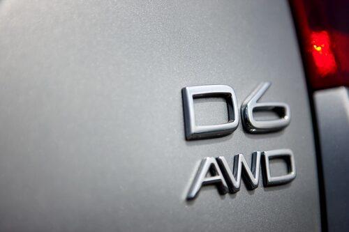 Volvo V60 Plug-in Hybrid heter D6 AWD enligt emblemet på bakluckan.