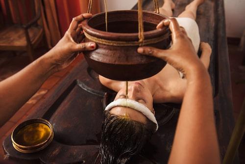 Massage och yoga är två viktiga inslag i ayurveda, oberoende av din dosha.