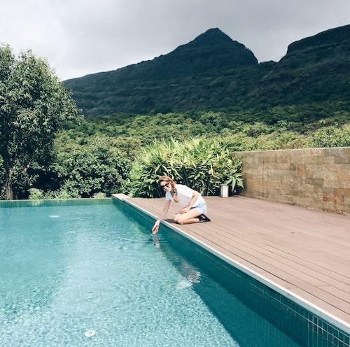 En stressad skönhets- och hälsoredaktör finner sitt lugn vid en pool i de indiska bergen.