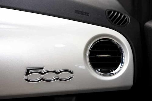 Panelen har samma lackkulör som bilens yttre.