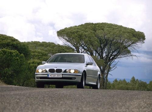 E39 (1996-2003). 5-serien som tog BMW in i 2000-talet. Blev känd för fin komfort och M5 med V8-motor för första gången.