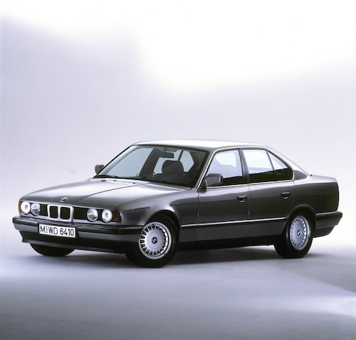 E34 (1988-1996). Moderniserat formspråk, 5-serie Touring introduceras, de större 530i och 540i får V8-motor.