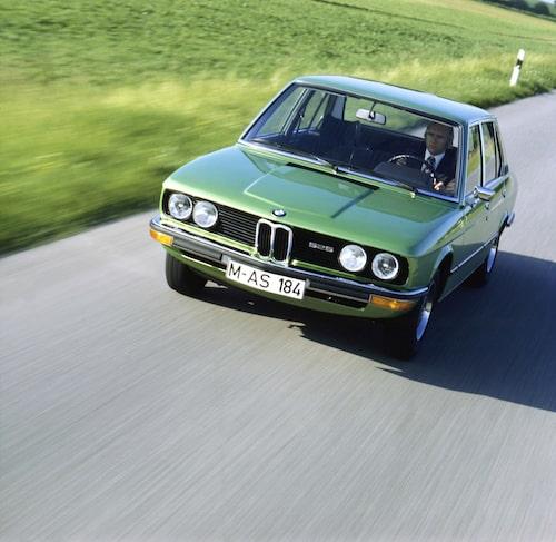 E12 (1972-1981). Första generationens BMW 5-serie, designad av Paul Bracq, utmanade Mercedes-Benz på allvar.