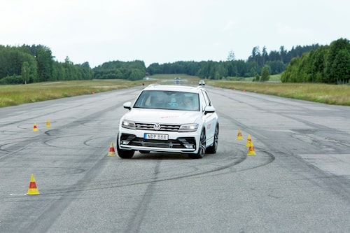 Tiguan går helt odramatiskt. ESP-systemet bromsar in hårt. 77 km/h klarar den i älgtestet, med marginal godkänt.