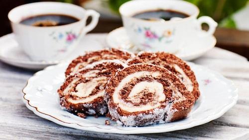 Recept på chokladrulltårta med mintkräm.
