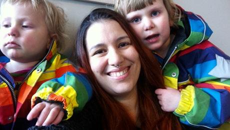 Natashja Blomberg med barnen Tamlin, 2, och Ninja, 4.