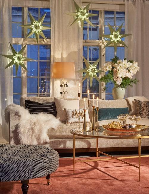 Glansigt & glamouröst med 20-talets art deco, några äldre antikviteter samt en och annan knorr – lägg märke till fingerspegeln! Pistagegröna julstjärnor och en trearmad ljusstake sätter helgstämningen.