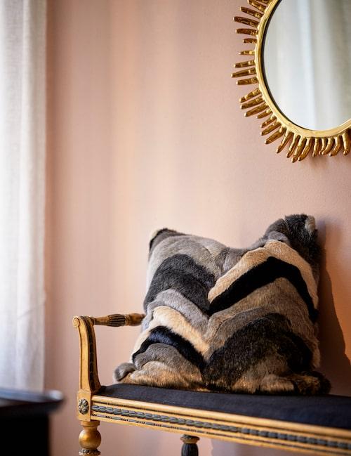 På bänken: kudde, 759 kr, Ceannis. Väggspegel med strålande fingrar i mässing, 16500 kr, från Jonathan Adler.