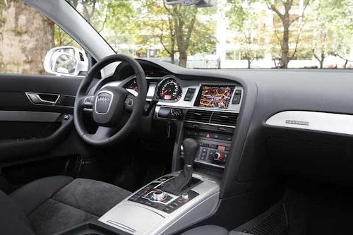 Audi-miljön som den alltid är, det vill säga snygg, praktisk – som huggen ur urberget. Enligt Audi har bullernivån halverats.