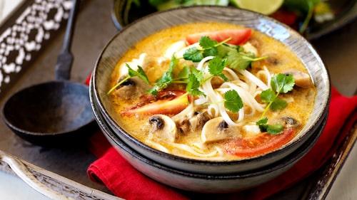 Recept på röd curry- och kokossoppa med torsk och risnudlar.