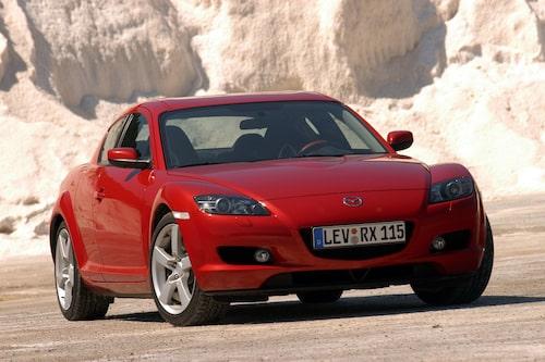 Mazda RX-8 (2003-2012). Älskad för sin varvvilliga wankelmotor. Snygg coupébil med FYRA dörrar där det bakre paret var bakhängt och mer eller mindre osynliga.