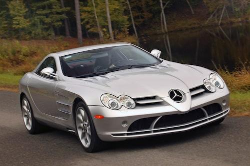 """Mercedes SLR McLaren (2004-2009). En gång i tiden var Mercedes och McLaren bundisar. Det resulterade i """"saxmåsvingebilen"""" SLR som inspirerats av 300 SLR som vann sportvagns-VM 1955."""
